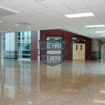 korytarze szkolne - posadzka z pełnym odsłonięciem kruszywa i Retro Plate