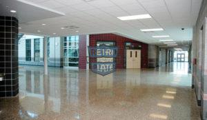 korytarze szkolne - posadzka z pełnym odsłonięciem kruszywa i Retro Plate, wyk.: Cuviello Concrete pow.: 6000 m2, zdj.: Jim Cuviello